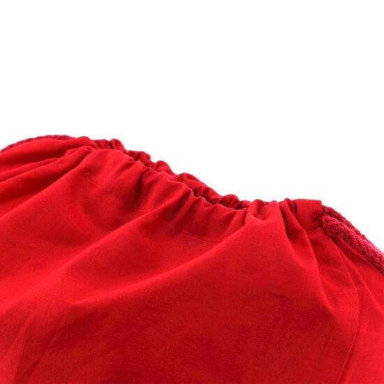 Mochila vermelha com atilhos de algodão