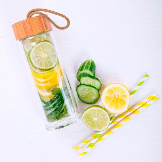 garrafa reutilizável de vidro com tampa de bambu