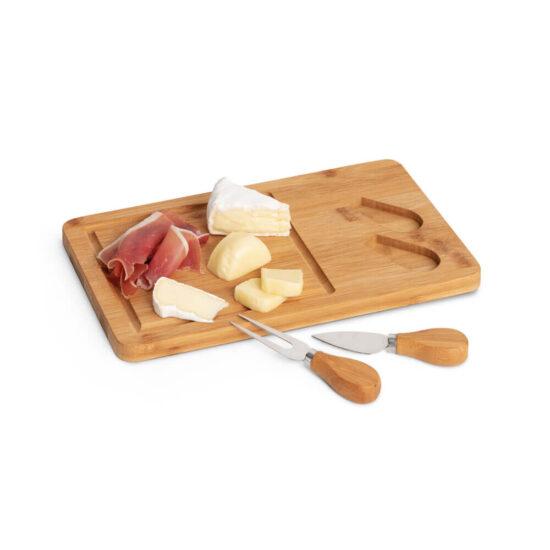 tábua de queijos de bambu com utensílios