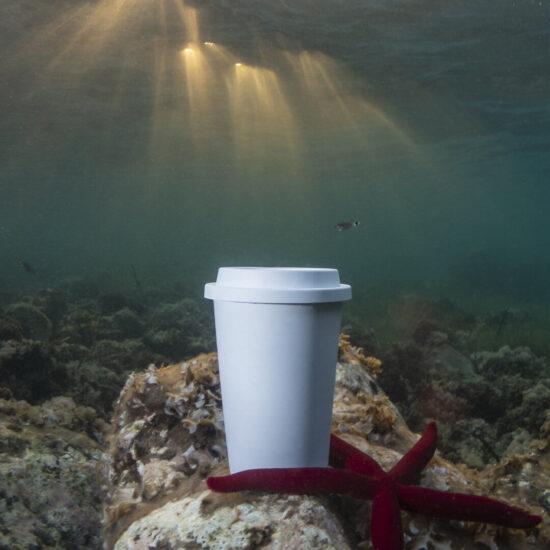 copo de pla compostável no oceano