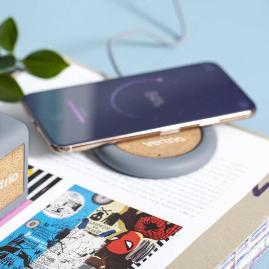 carregador wireless de cimento e cortiça com telemóvel